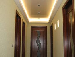 Натяжные потолки в коридоре