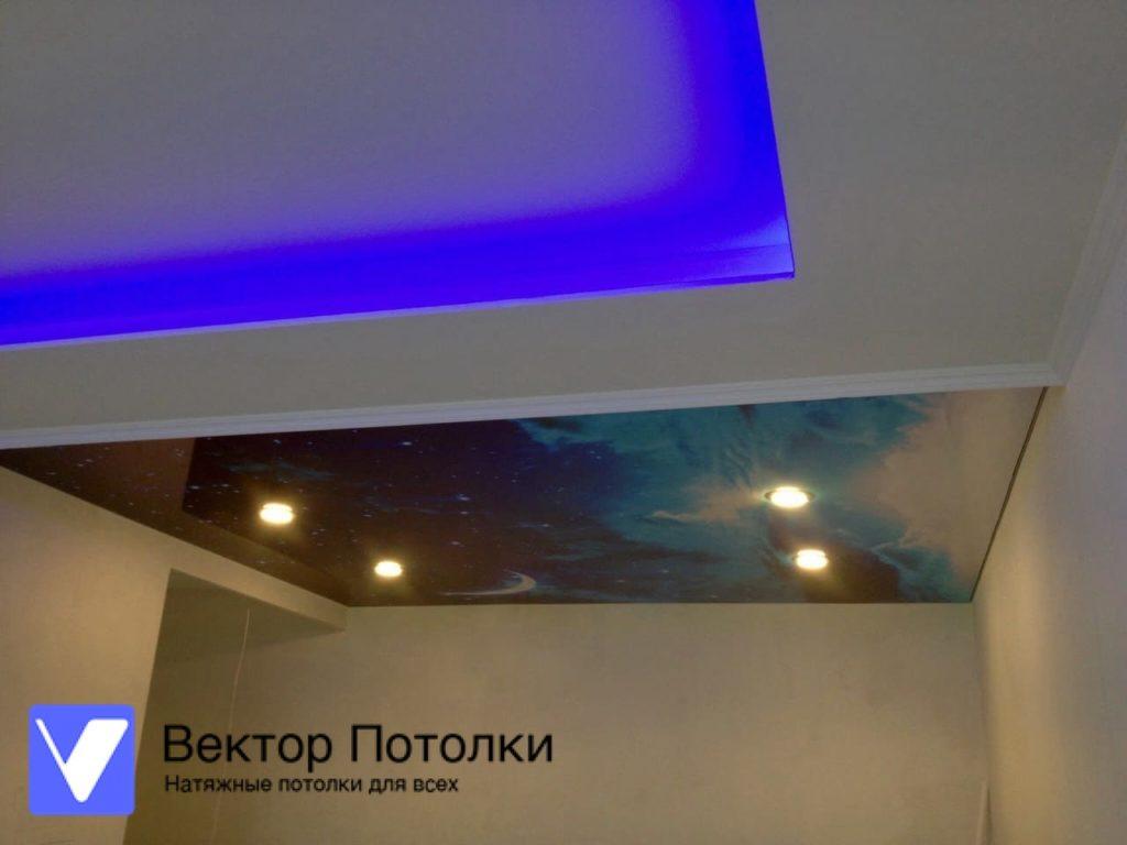 матовый натяжной потолок с подсветкой в комнате