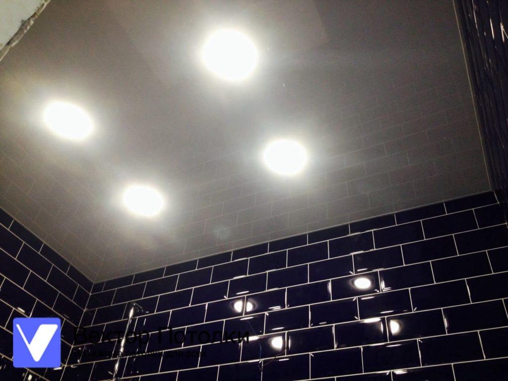 белый глянцевый натяжной потолок в ванной