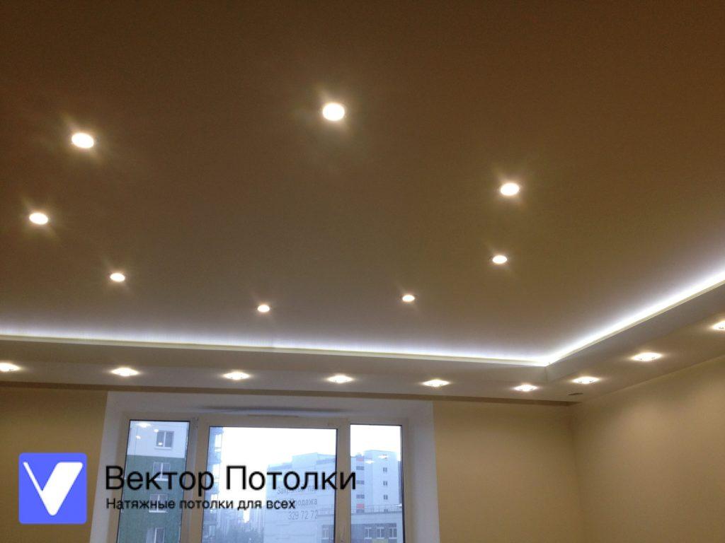 многоуровневый натяжной потолок белый матовый на кухне с освещением и подсветкой