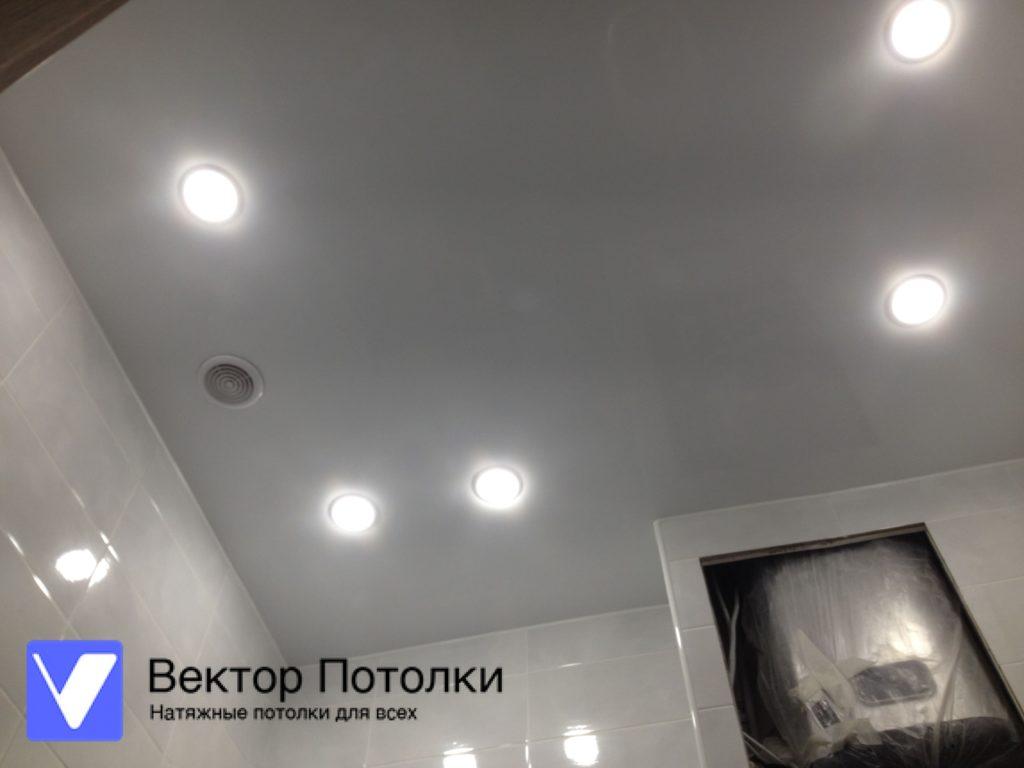 натяжной потолок в ванной со светильниками и вытяжкой