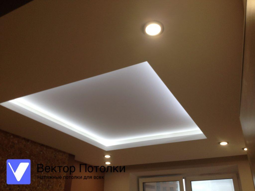 натяжной потолок с подсветкой в комнате
