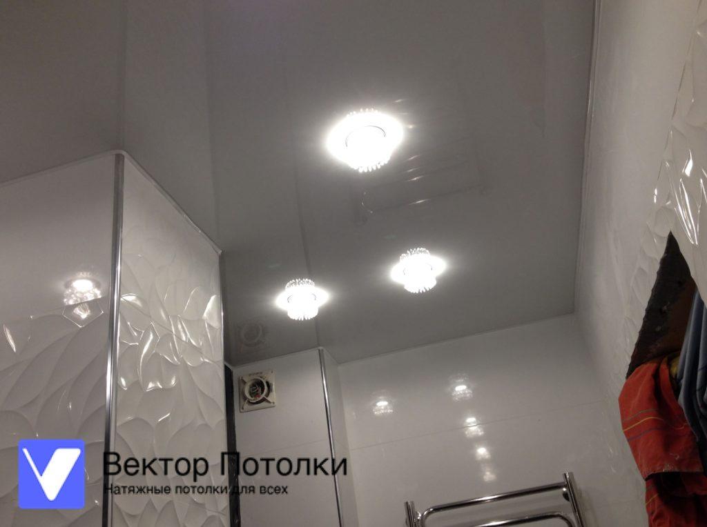 лаковый натяжной потолок и светильники в ванной