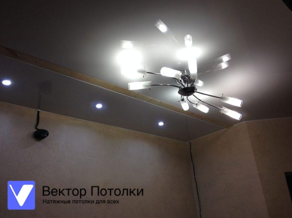 натяжной потолок лаковый с люстрой в коридоре