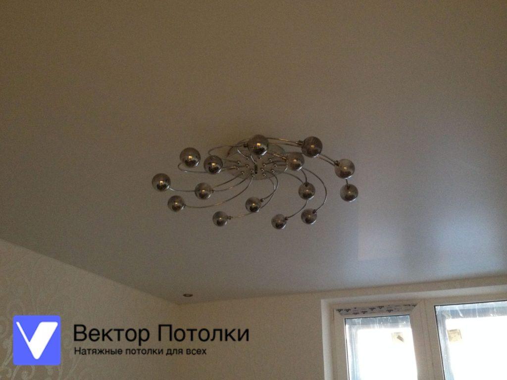 натяжной потолок с люстрой в спальне