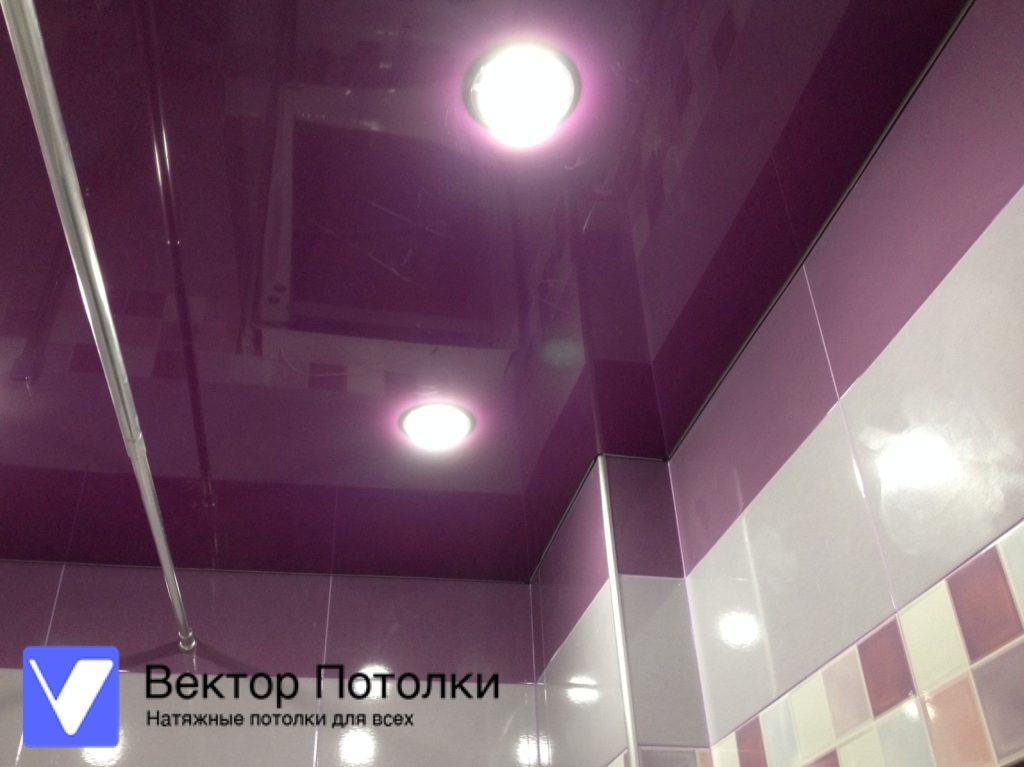 цветной натяжной потолок в ванной