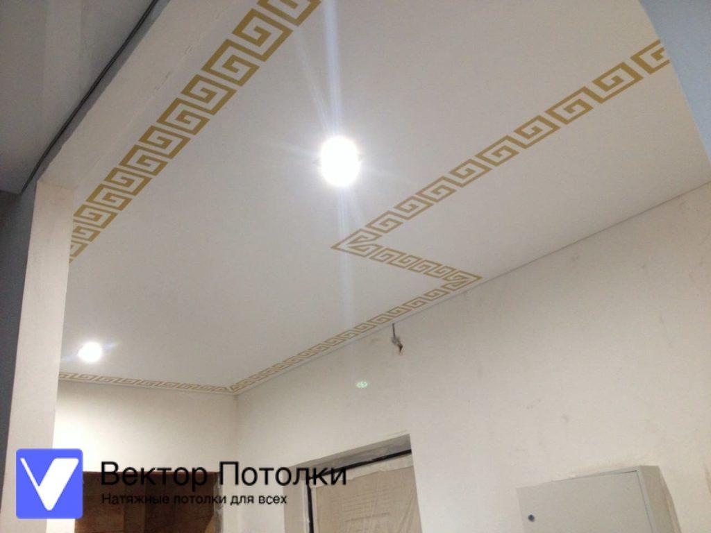 натяжной потолок с фотопечатью на глянцевом полотне в коридоре
