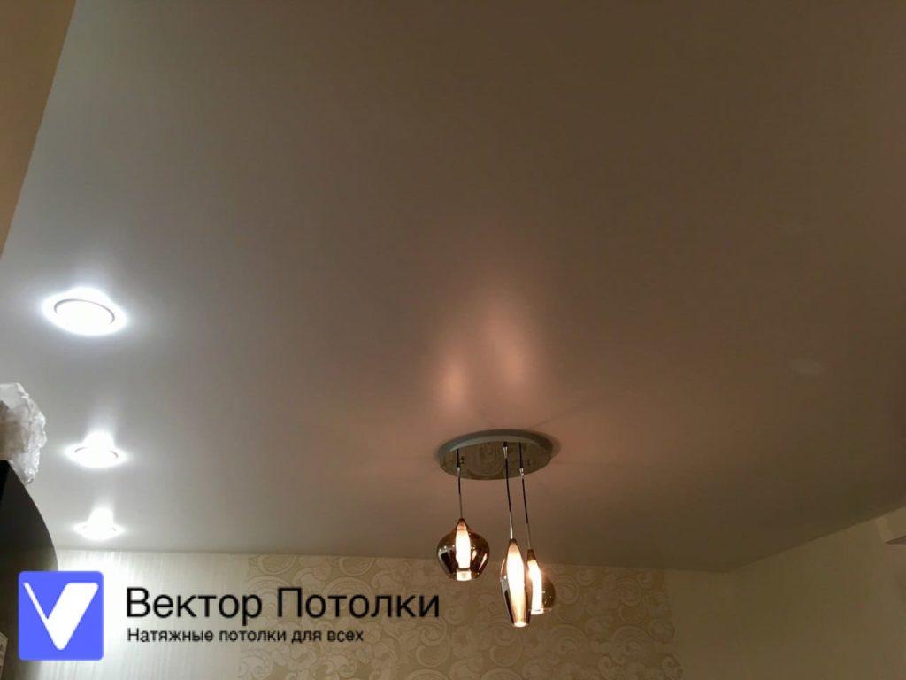 белый натяжной потолок с люстрой