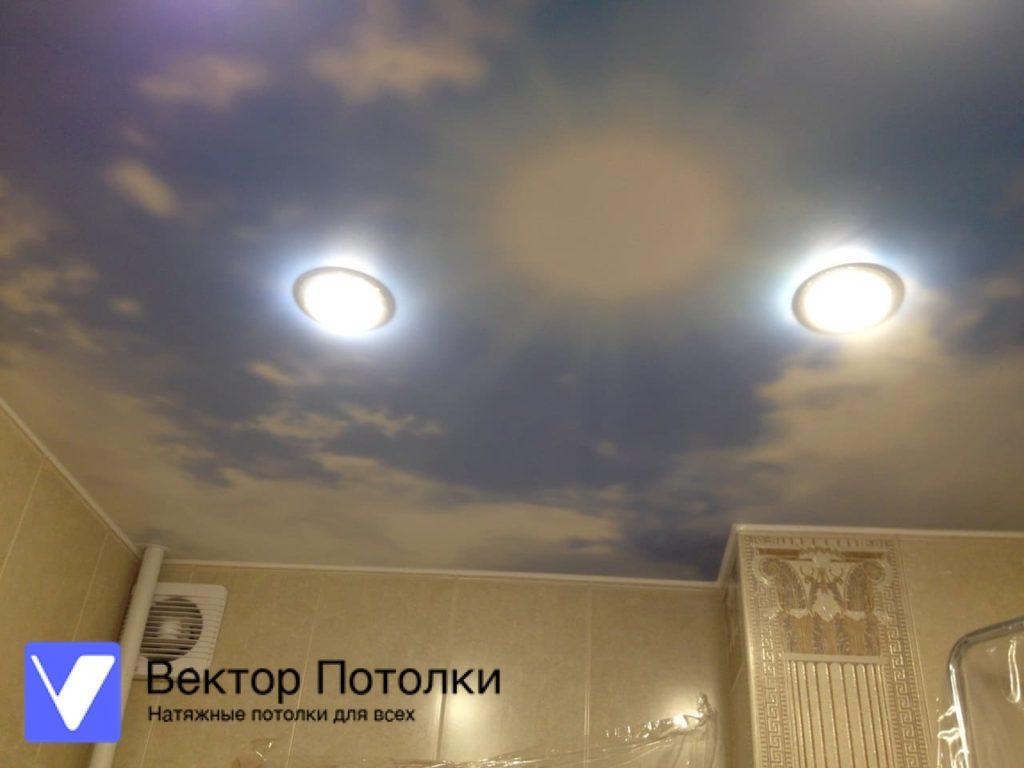 натяжной потолок с фотопечатью облака в ванной