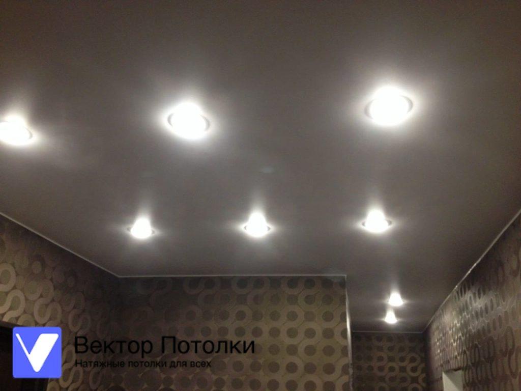 белый натяжной потолок со светильниками
