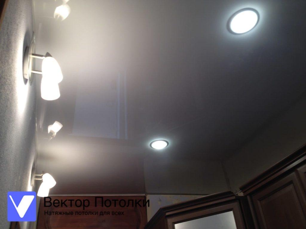 белый глянцевый натяжной потолок в прихожей