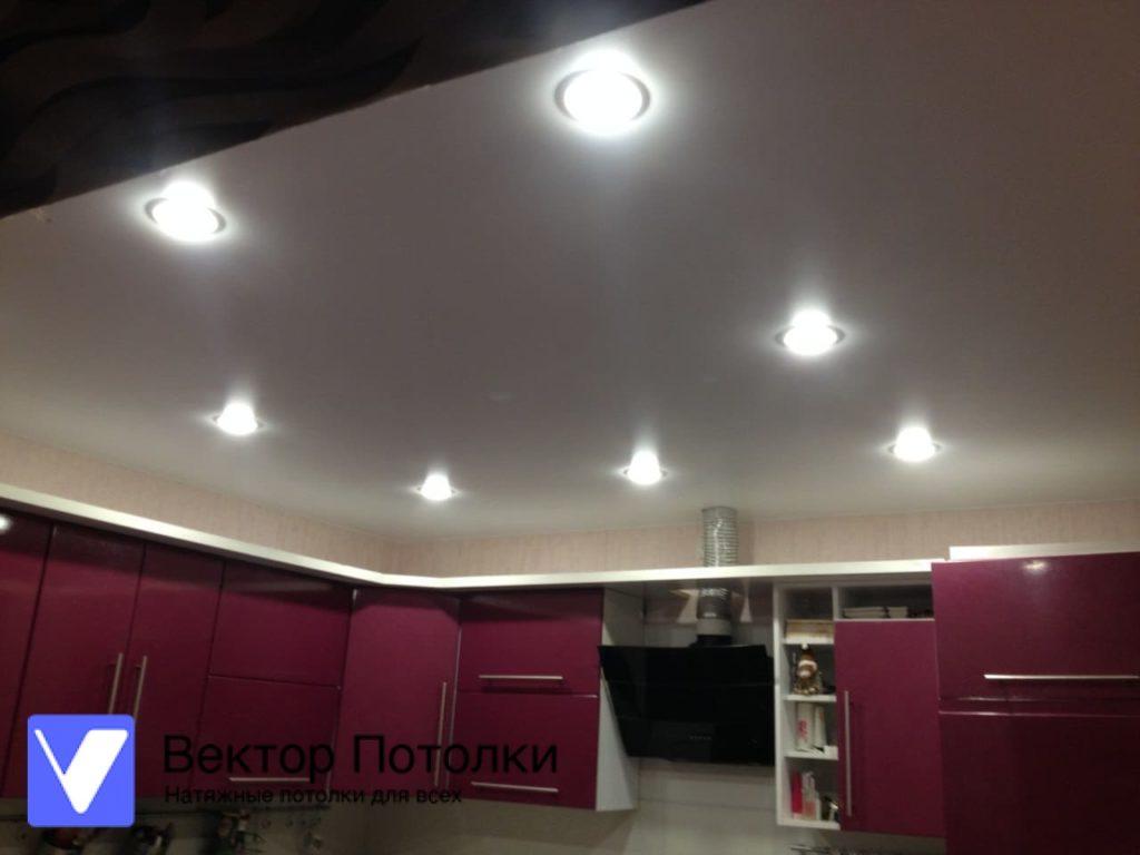 матовый натяжной потолок на кухне с освещением