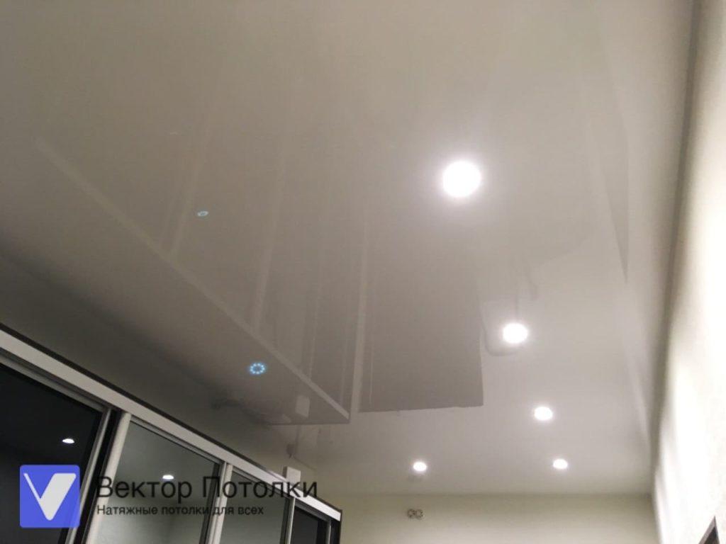 глянцевый натяжной потолок в коридоре