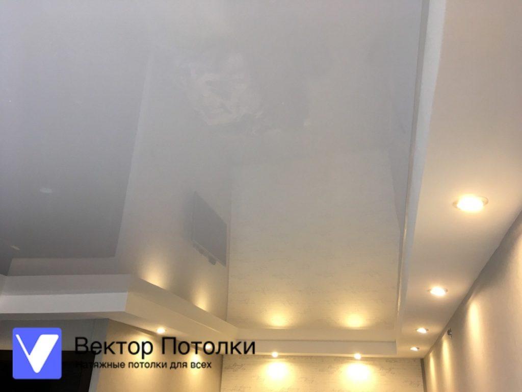многоуровневый натяжной потолок в комнате