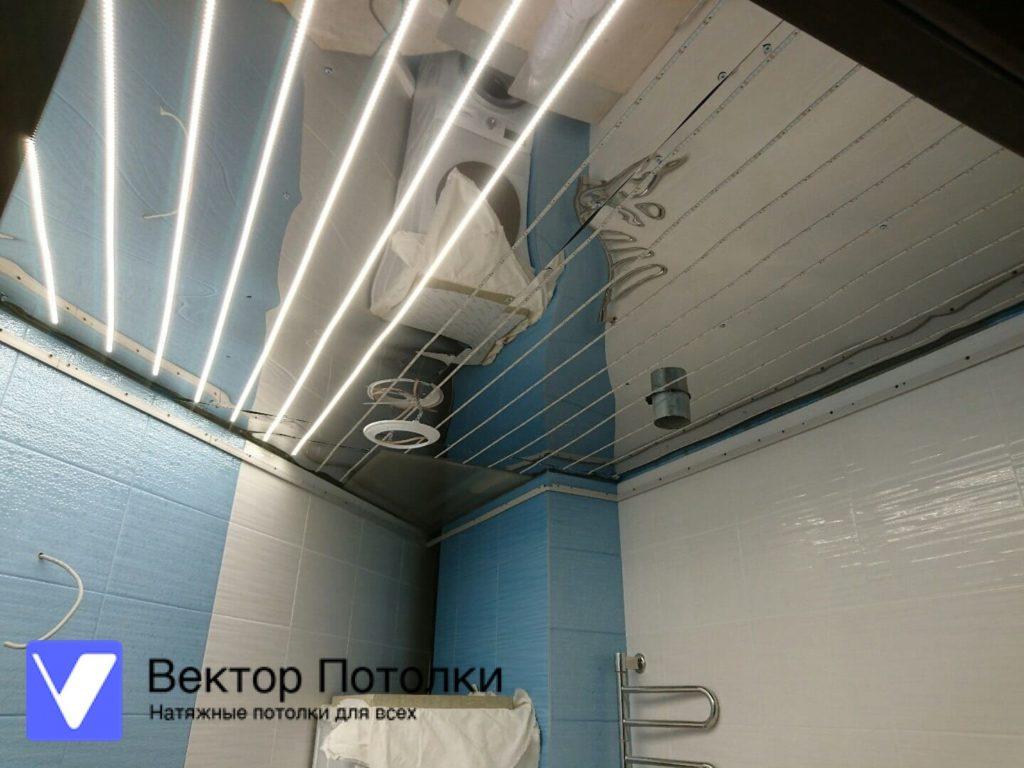 подсветка на потолке, и светопрозрачный натяжной потолок