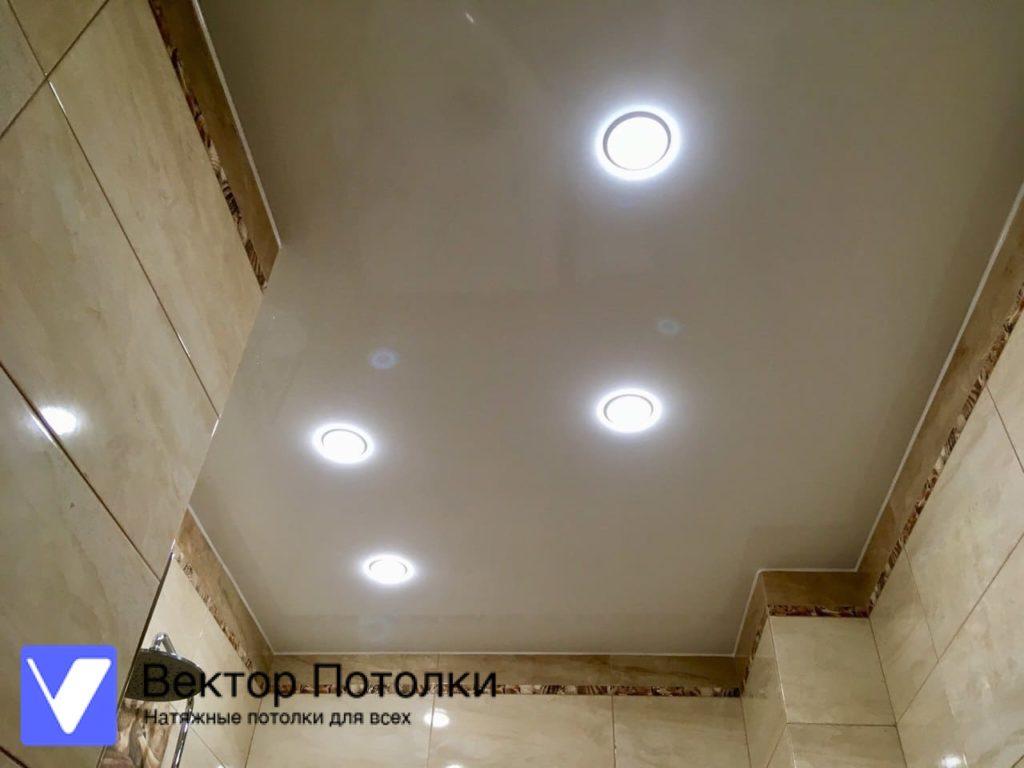 глянцевый натяжной потолок в ванной со светильниками