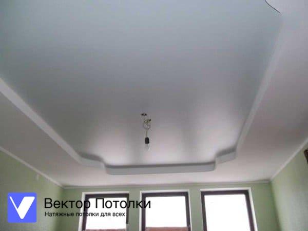 многоуровневый натяжной потолок в спальне белый сатиновый