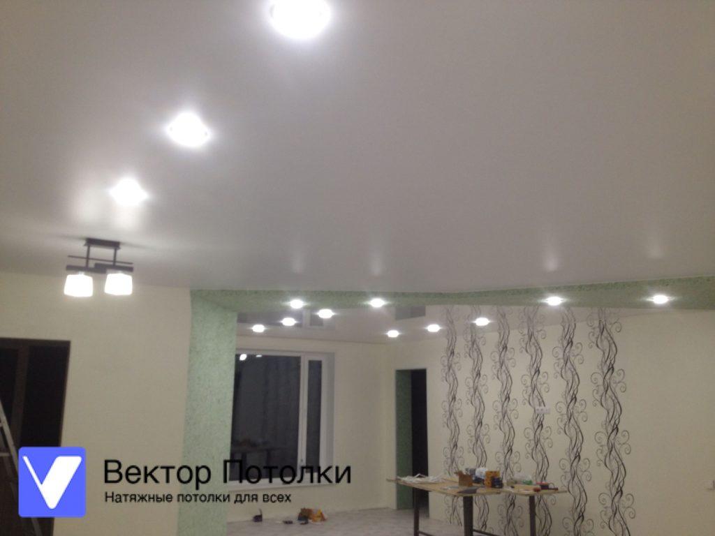 белый глянцевый натяжной потолок в большой комнате