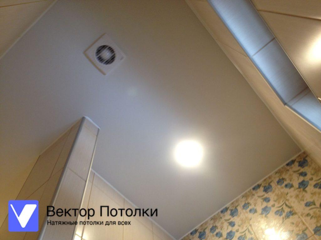 белый матовый натяжной потолок с вентилятором в ванной