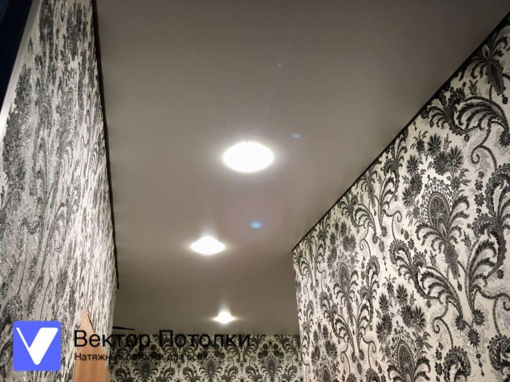 сатиновый натяжной потолок в коридоре со светильниками