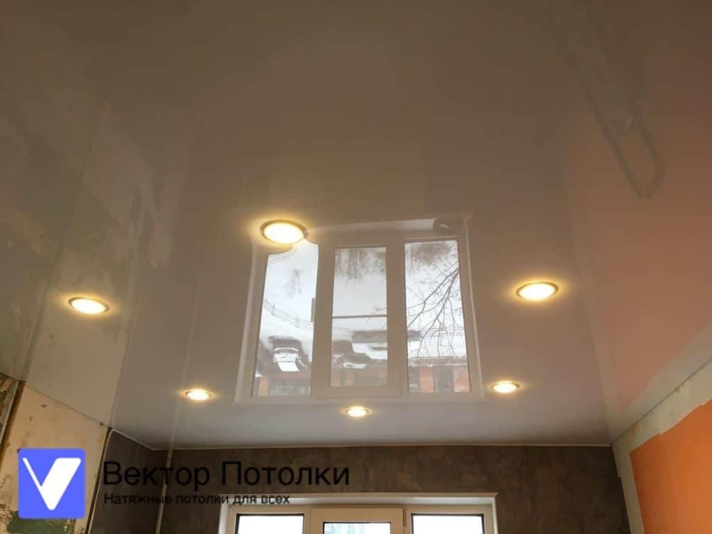 глянцевый натяжной потолок на кухне со светильниками