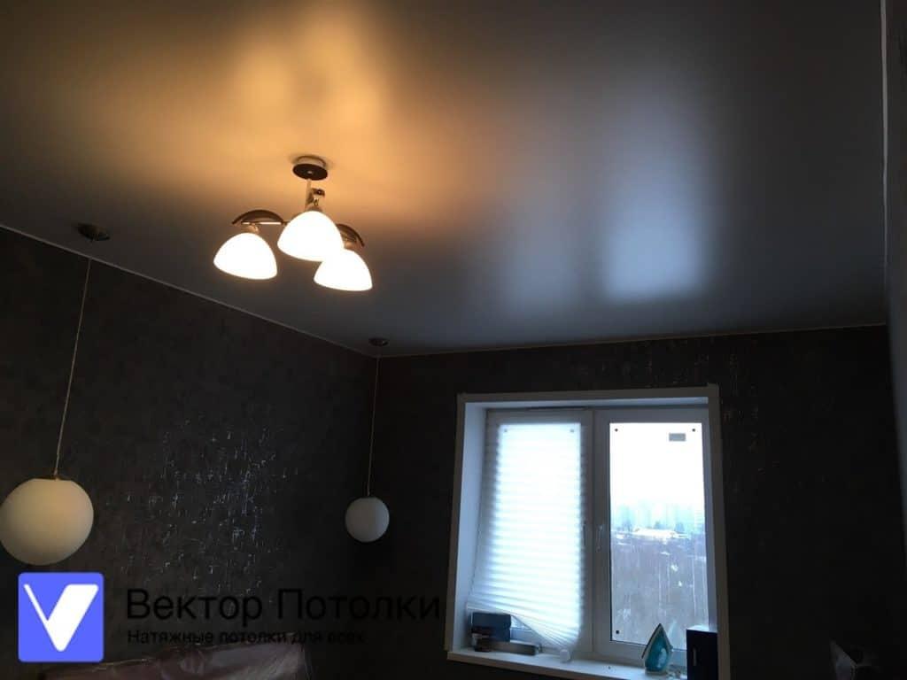 сатиновый натяжной потолок с люстрами в спальне