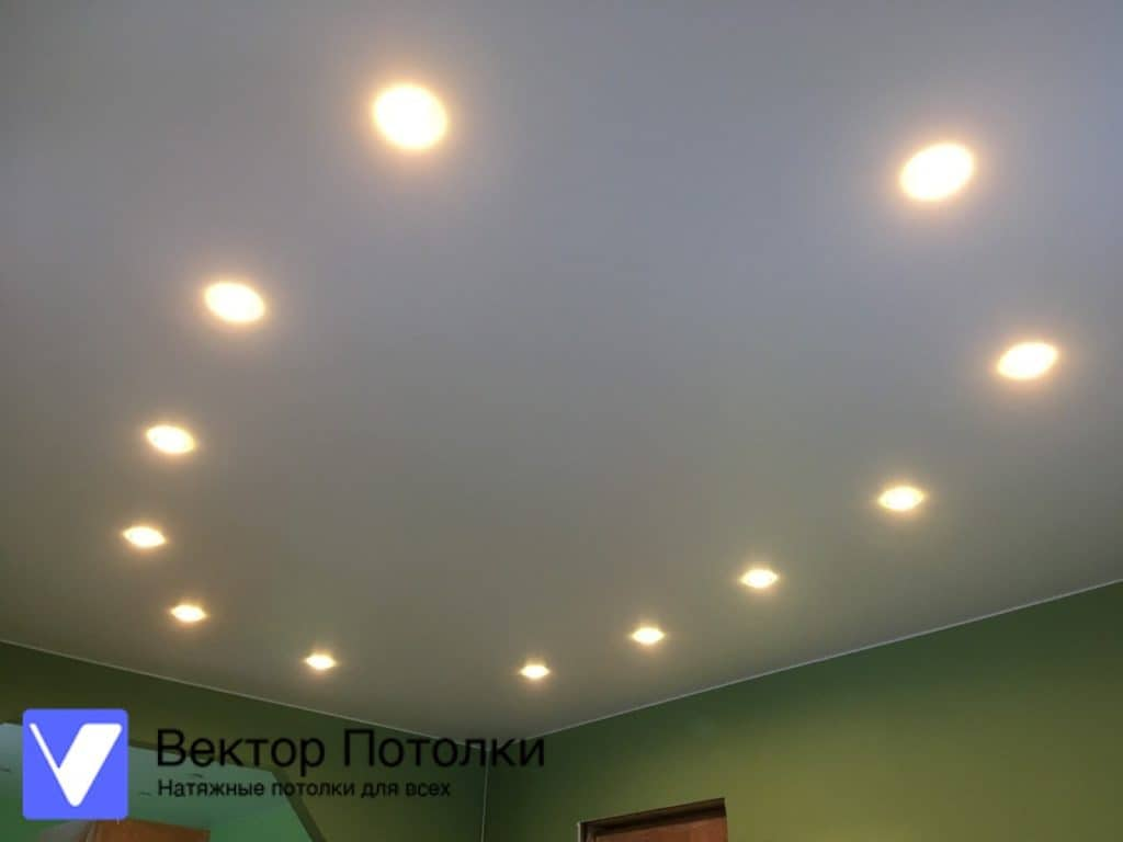 белый матовый потолок в комнату