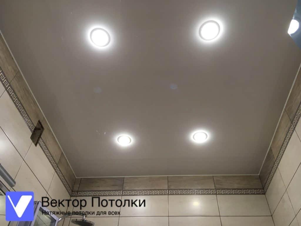 белый лаковый потолок в ванной