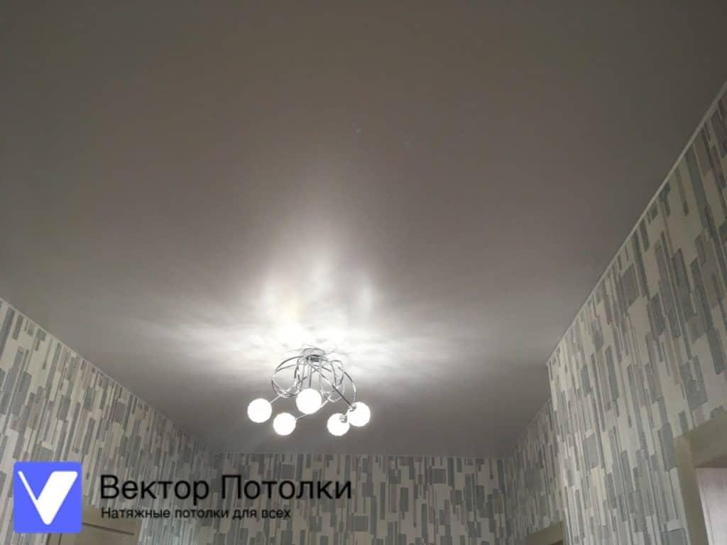 Белый матовый потолок в прихожей с люстрой