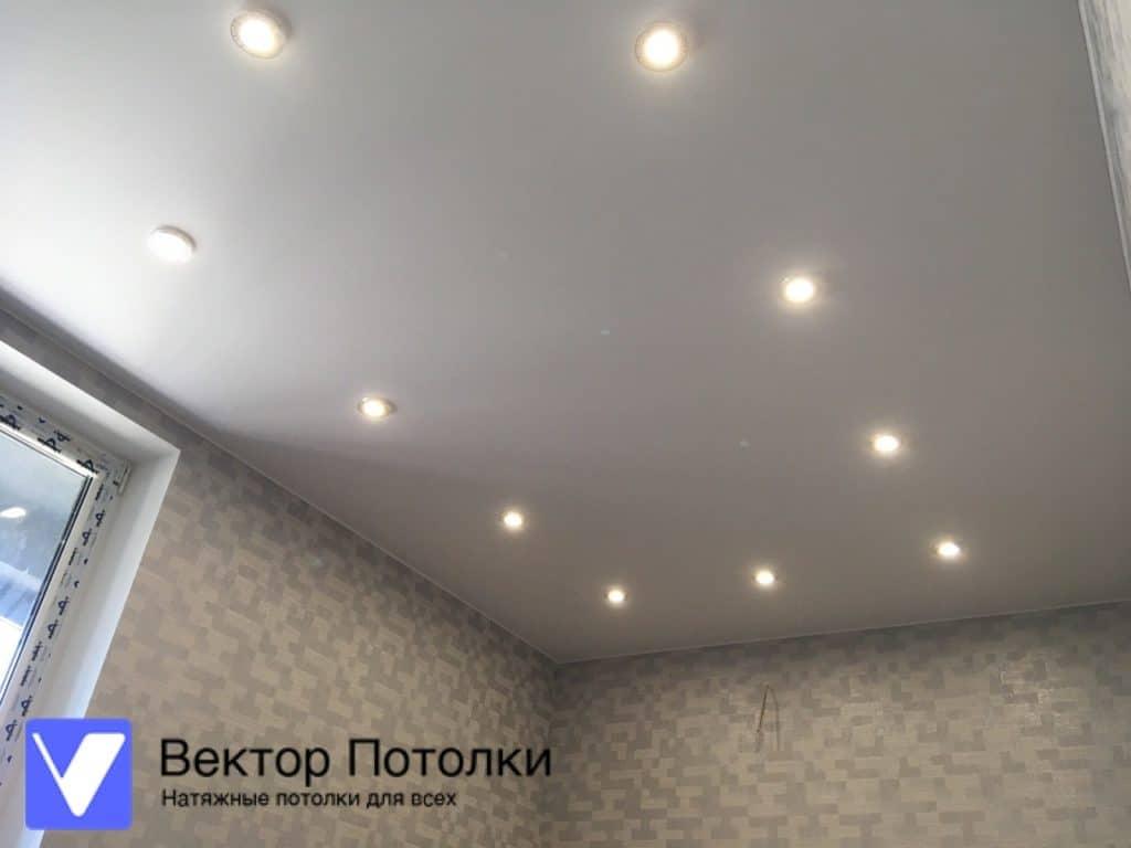 матовый потолок с точечными светильниками на кухне