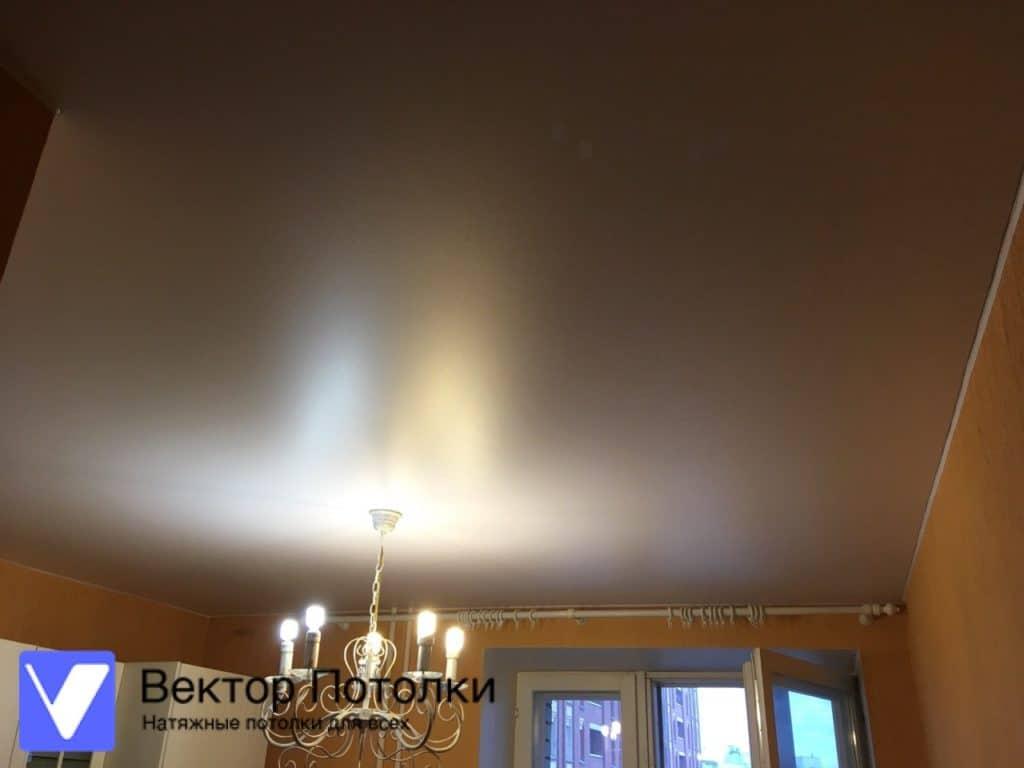 белый матовый натяжной потолок с люстрой на кухне