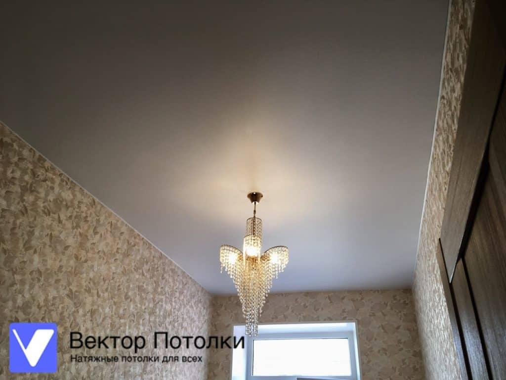 натяжной потолок матовый в комнате с люстрой