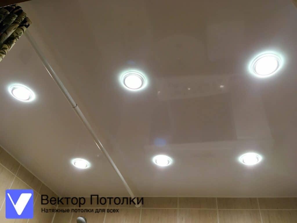 натяжной потолок белый лаковый со светильниками в ванной