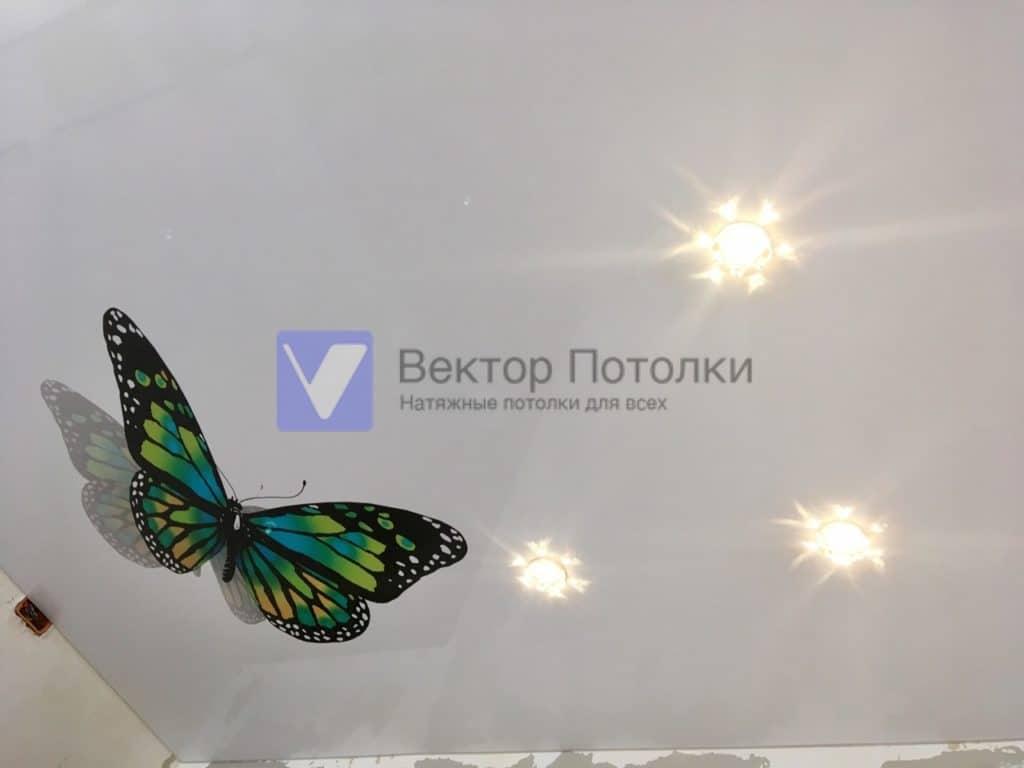 Белый натяжной потолок с фотопечатью бабочки