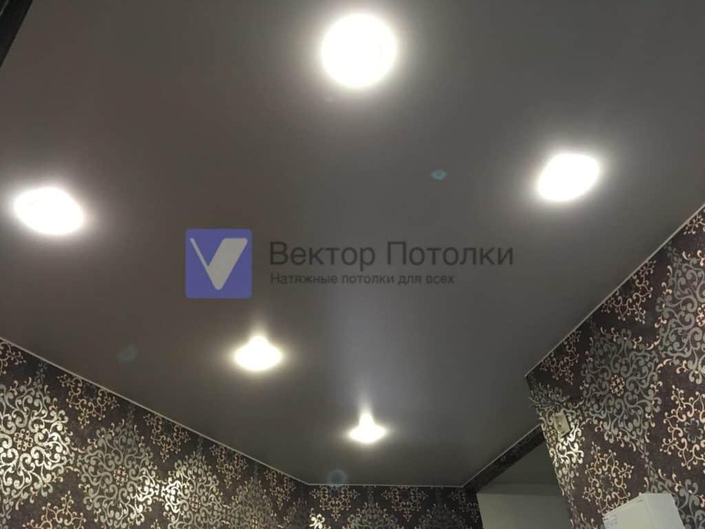 матовый потолок со светильниками в коридоре