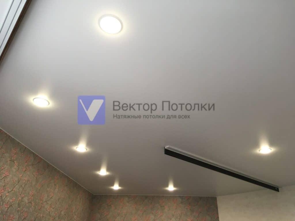 матовый натяжной потолок со светильниками и карнизами в спальне