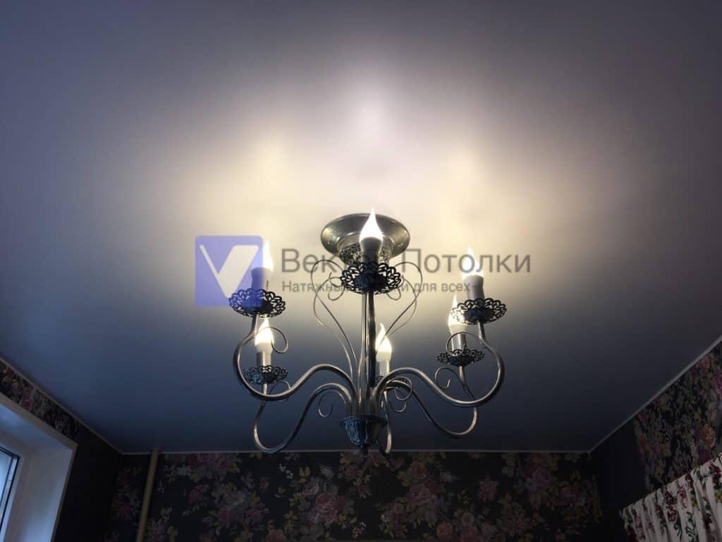 белый натяжной потолок с люстрой на кухню