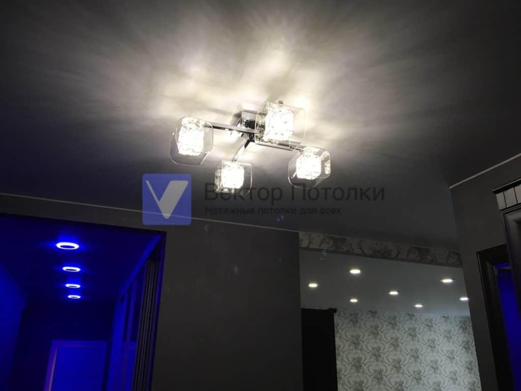 матовый потолок со светильниками и люстрой в квартире