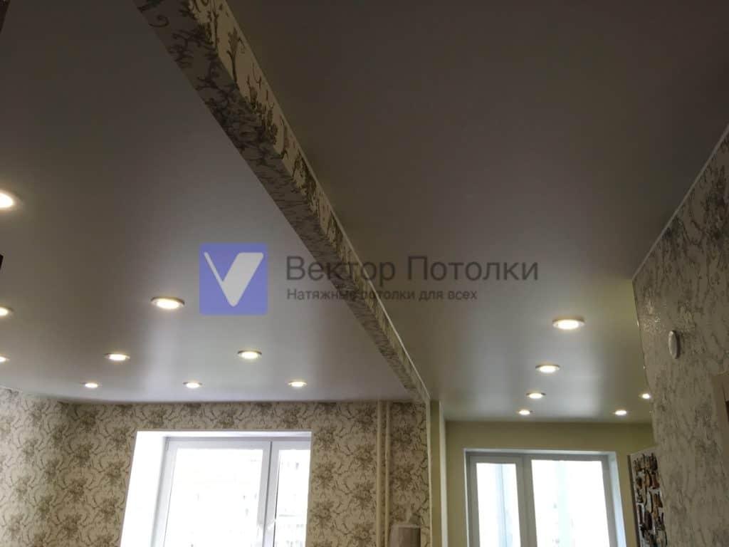 матовый потолок со светильниками в квартире
