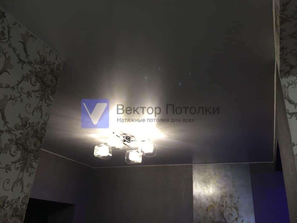 матовый натяжной потолок с люстрой в коридоре