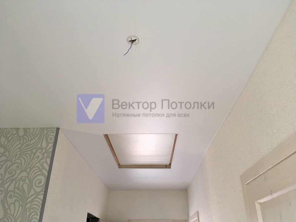 люк в натяжном потолке в доме с мансардой
