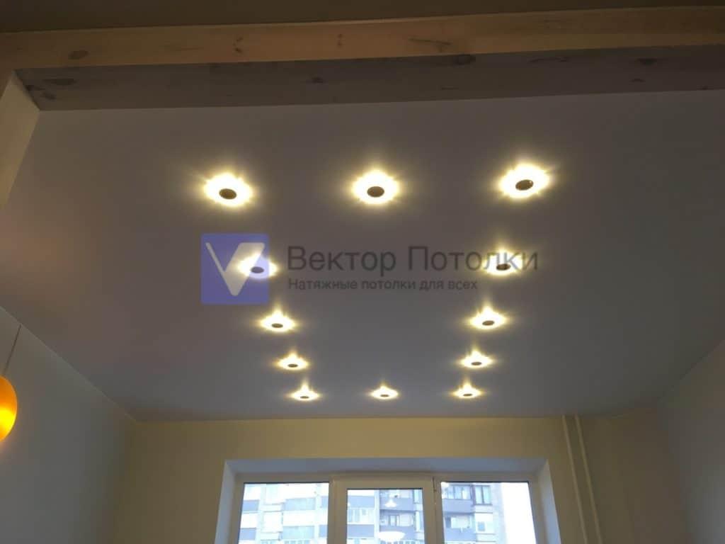 белый натяжной потолок со светильниками в детской