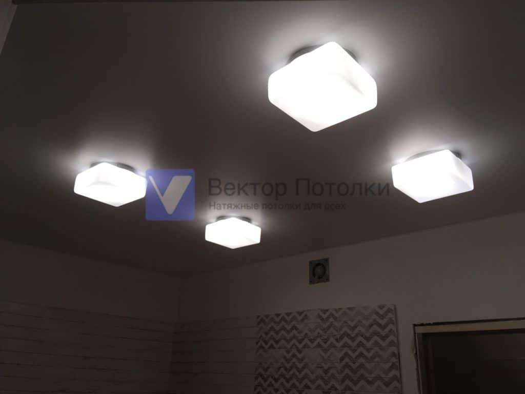 белый натяжной потолок со светильниками в ванной