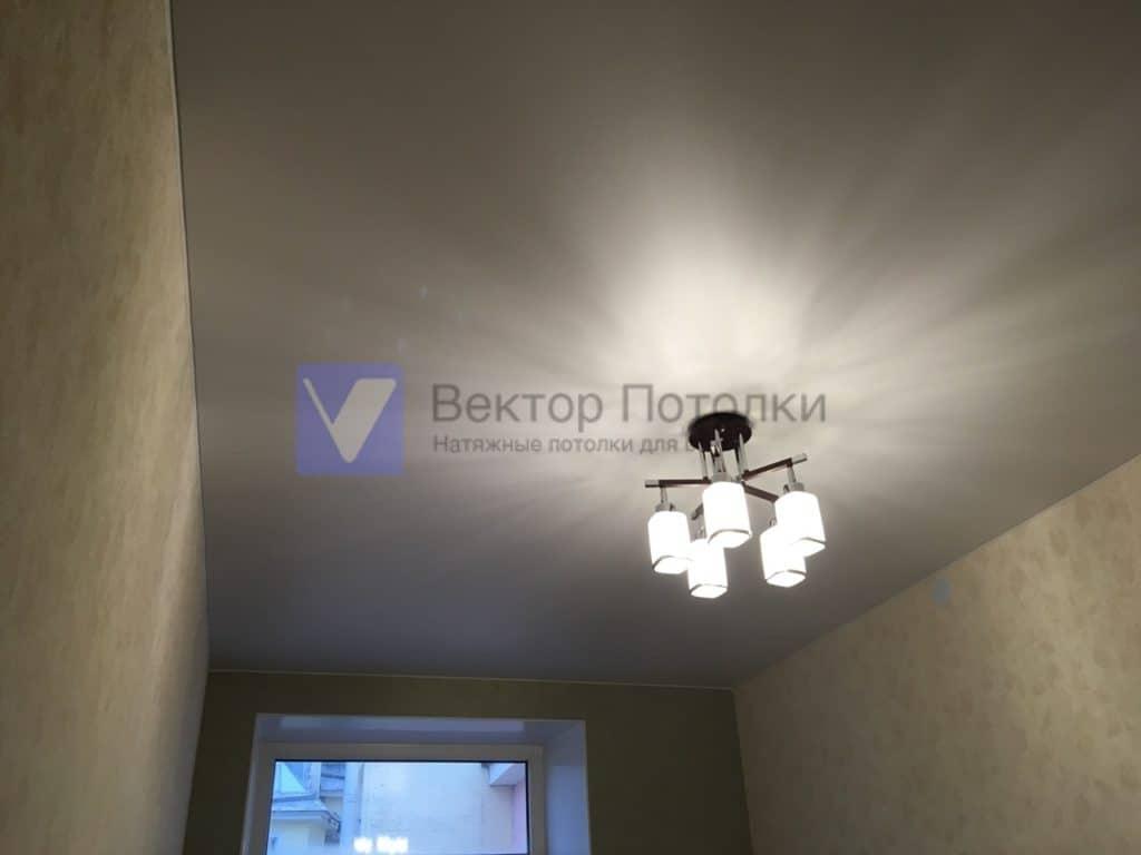 белый матовый натяжной потолок в комнате с люстрой