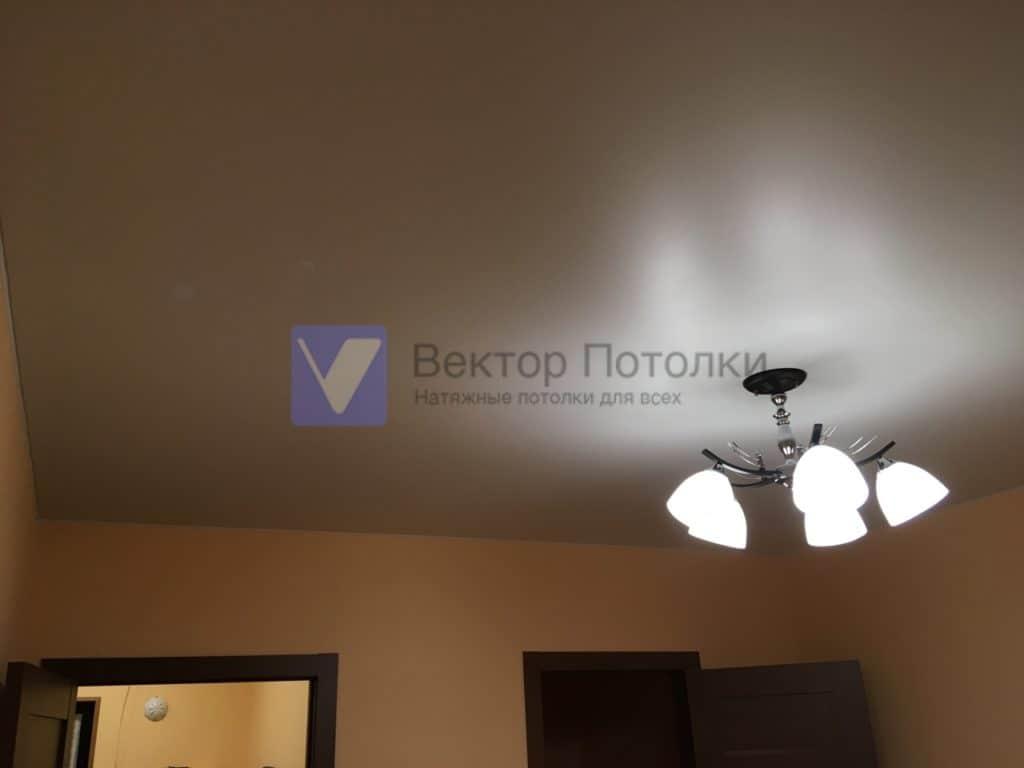 натяжной потолок в комнате с люстрой