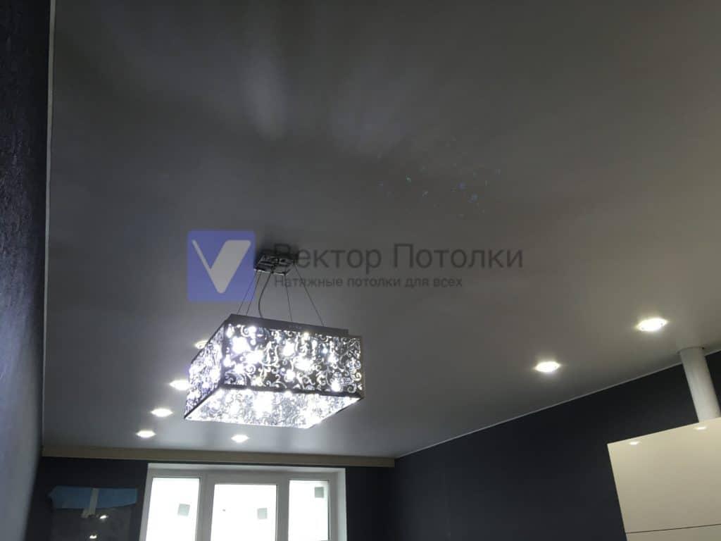 матовый натяжной потолок на кухне с люстрой светильниками и карнизом