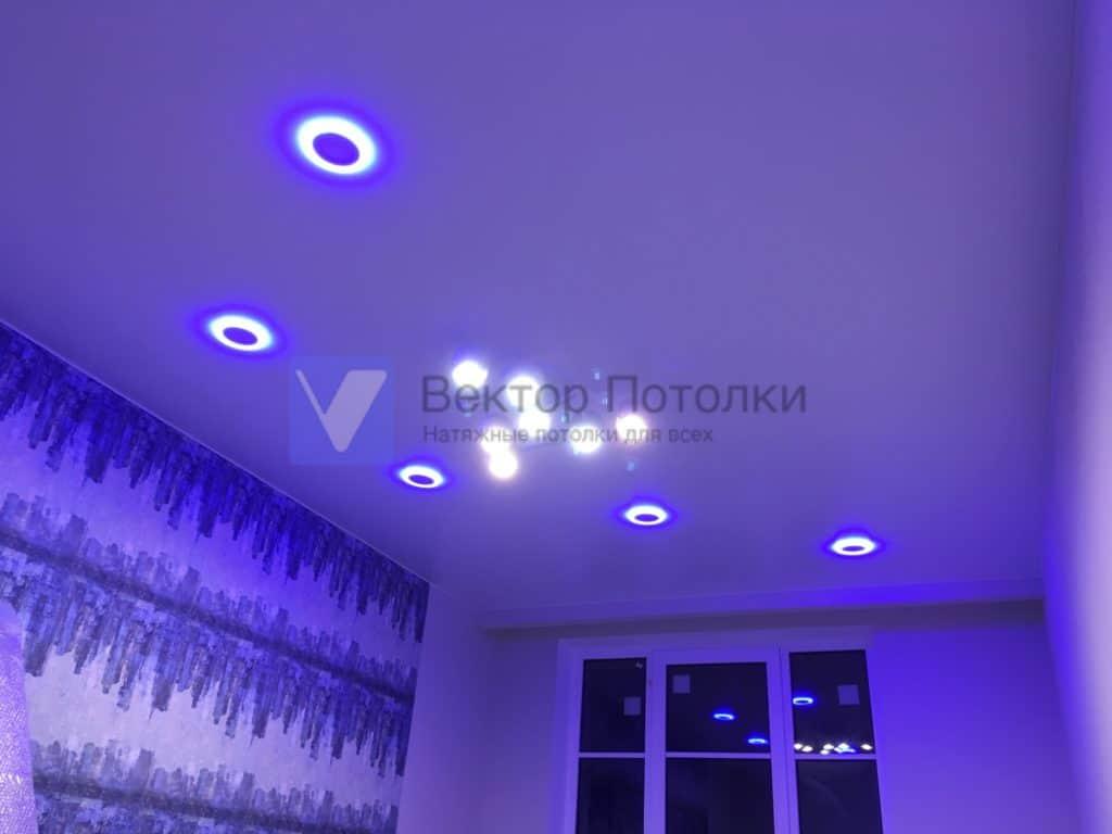 сатиновый натяжной потолок с люстрой и светильниками