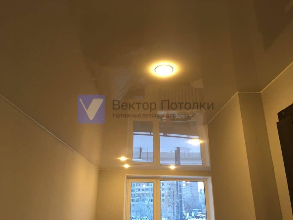 глянцевый натяжной потолок со светильниками в студии