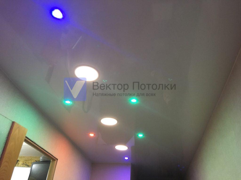 глянцевый потолок со светильниками в коридоре