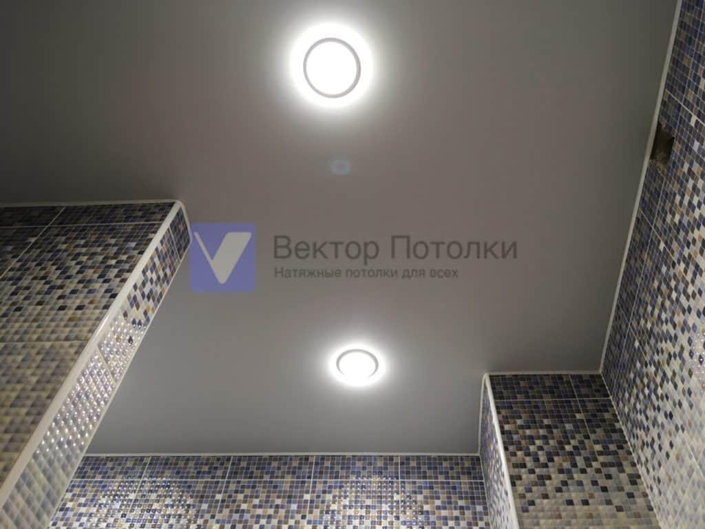 матовый натяжной потолок со светильниками в сан узле